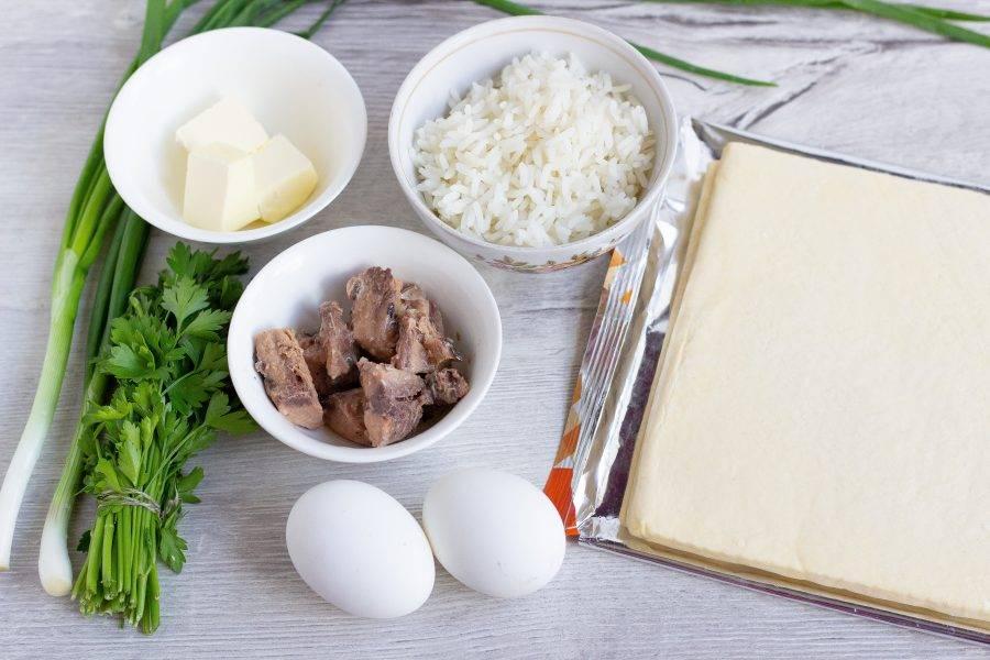Подготовьте все необходимые ингредиенты, включая соль и немного майонеза. Рис и яйца заранее отварите.