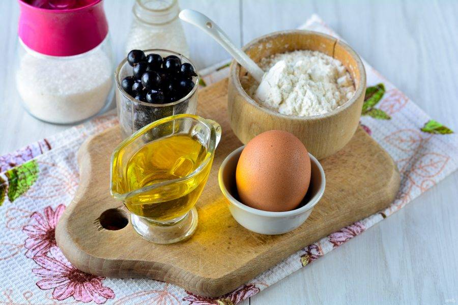 Подготовьте ингредиенты для вареников с черной смородиной.