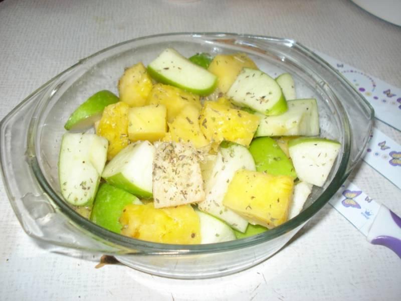 Порежьте яблоки, ананас, имбирь, добавьте специй. Чеснок измельчите и тоже добавьте.