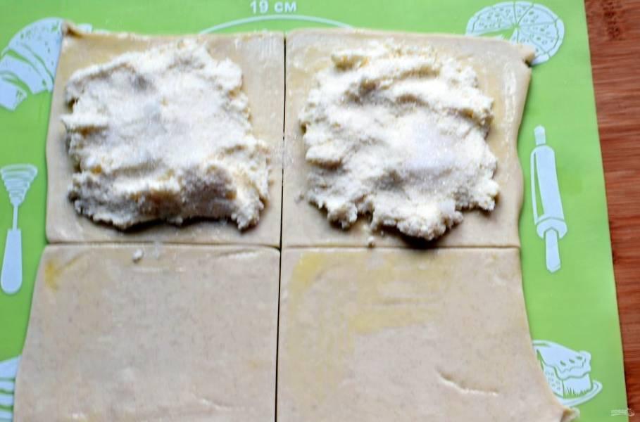 Тесто разморозьте, немного раскатайте, чтобы толщина была не более 1 сантиметра. Нарежьте квадратами под размер панели вашей сендвичницы. Разложите начинку на половину квадратов и накройте второй половиной. Края теста можно смазать желтком, но и просто хорошо защипнуть вполне достаточно.