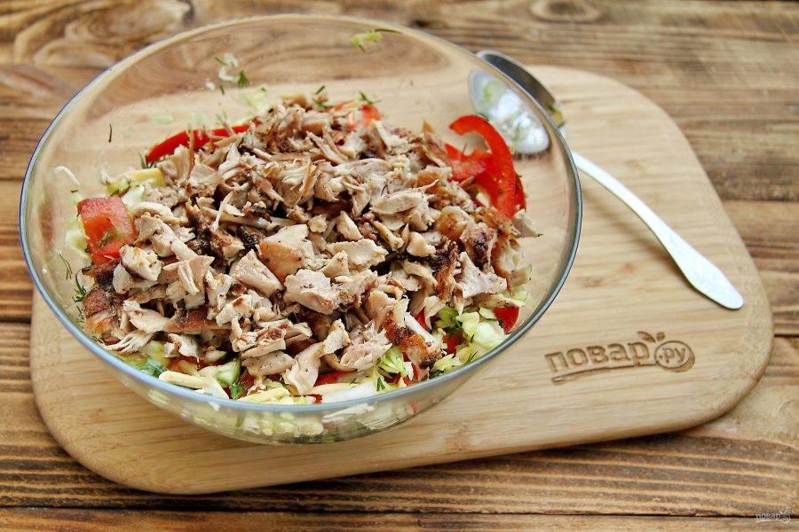Порезанные овощи, сыр и зелень перемешайте и добавьте обжаренное куриное мясо, порезанное на кусочки.