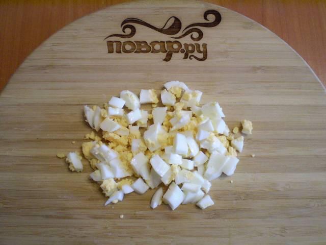 4. Отвариваем одно яйцо, второе оставляем сырым. Вареное яйцо чистим, режем на кубики.