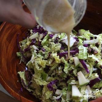 5. Выложить капусту, яблоки и запеченные орехи в большую миску. Добавить приготовленную заправку и перемешать.
