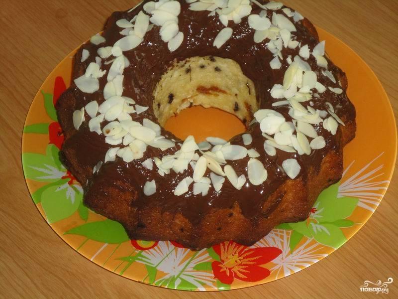 6.Пока шоколад еще не застыл, присыпьте его миндалем, нарезанным лепестками или дробленым. Кекс с шоколадной крошкой готов! Приятного аппетита!