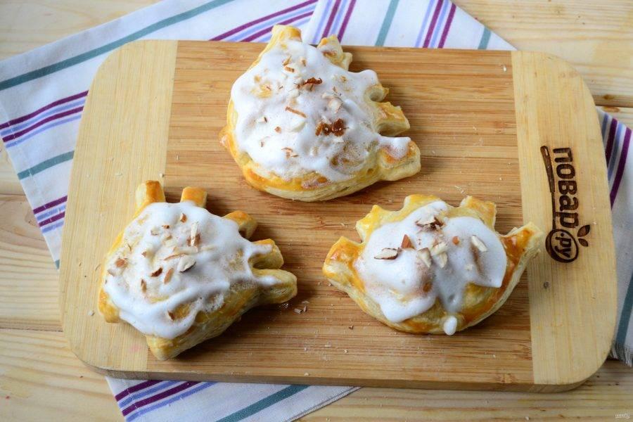 Сверху гребешки смажьте белковой глазурью (просто взбейте 1 белок с 3 ст. ложками сахарной пудры) и присыпьте измельченными остатками орехов.