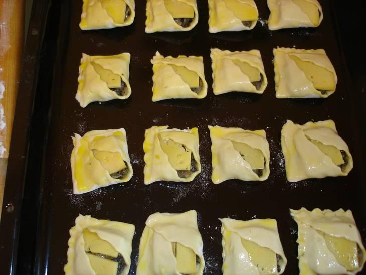 Выкладываем наши пирожки на противень (всего их получается 32), смазываем верх желтком и ставим в разогретую до 190 градусов духовку на 15-20 минут. Когда пирожки зарумянятся, вынимаем их и подаем к столу. Приятного аппетита!