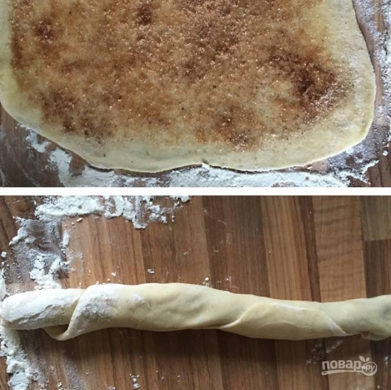 10.Растопите 3 ложки сливочного масла и смажьте им прямоугольник, посыпьте корицей. Заверните тесто в рулет.