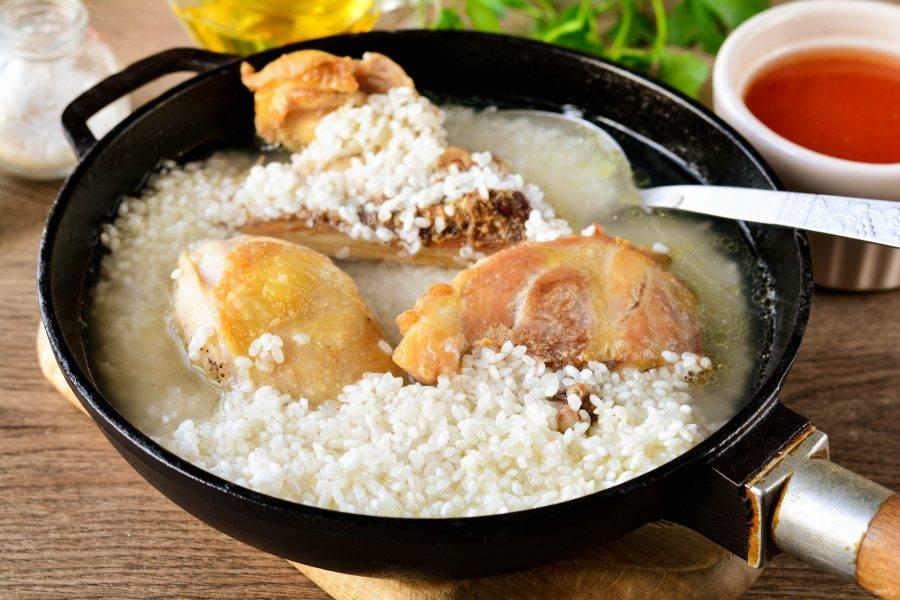 Влейте воду, посолите немного и готовьте рис под крышкой на медленном огне 10-12 минут, пока рис не будет наполовину готов.
