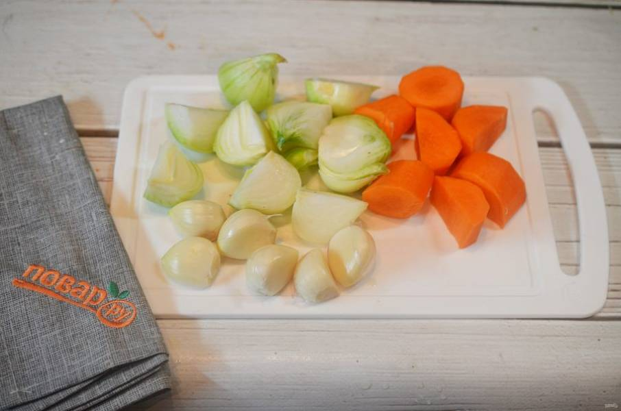 3. Лук, чеснок и морковь почистите и произвольно нарежьте.