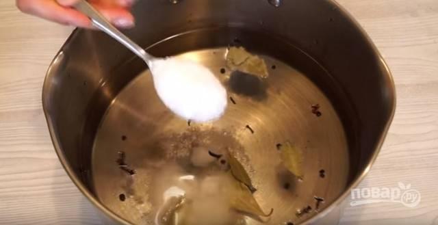Теперь вам необходимо приготовить рассол. Для этого в кастрюлю влейте воду. Добавьте лаврушку, перец горошком и гвоздику. Также всыпьте соль из расчета две столовые ложки на литр воды. Поставьте кастрюльку на плиту и доведите до кипения.
