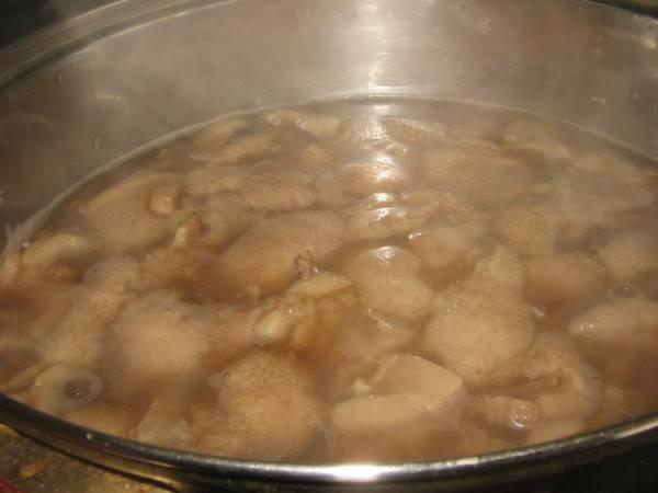 Чистим и моем грибочки, крупные режем. Затем отвариваем маслята 10 минут в подсоленной воде.