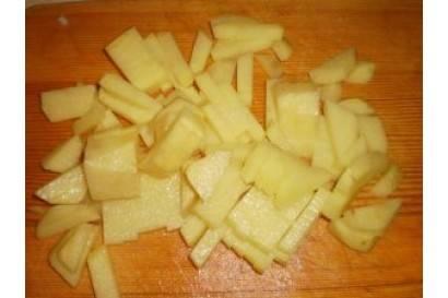 Картофель почистить и порезать на кусочки.
