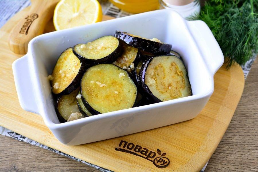 Выложите обжаренные баклажаны в удобную посуду, можно керамическую, полейте ароматной карамелью. Поставьте закуску в холодильник на 15-20 минут.