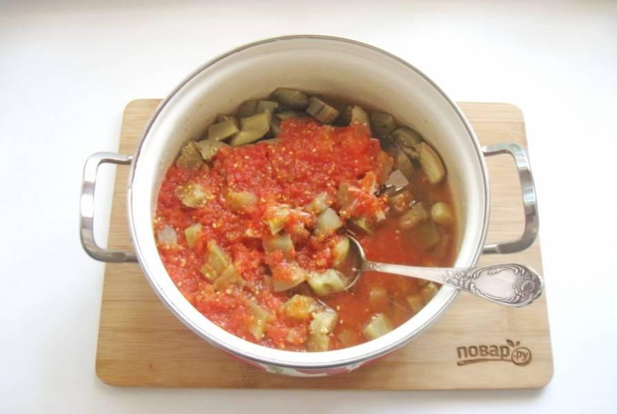 Влейте в баклажаны отвар из помидор и перемешайте. Проварите 4-5 минут и выключайте.