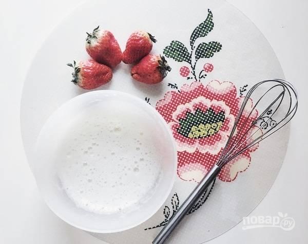 5.В миску выложите белки, добавьте к ним оставшийся сахар и ваниль, все хорошенько взбивайте венчиком до образования пушистой массы.