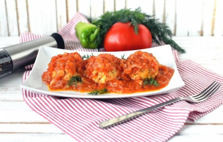 Подавайте тефтели горячими. Вполне можно обойтись без гарнира, подав свежие овощи или легкий овощной салат.