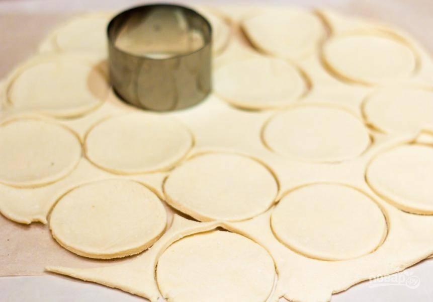 Затем раскатайте тесто в тонкий пласт. Вырежьте из него круги.