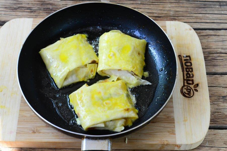 Жарьте конвертики с двух сторон по 1-2 минуты на среднем огне. Начинка уже готова, осталось только дать расплавиться сыру, а двух минут для этого будет вполне достаточно.
