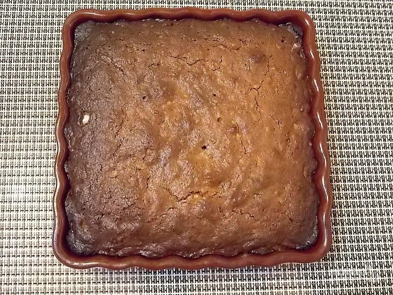 Переложите тесто в смазанную маслом форму и выпекайте при 180 градусах в течение тридцати минут до готовности.