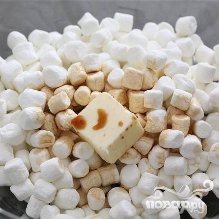 1. Сбрызнуть растительным маслом форму размером 20Х20 см. Разломать крекеры на куски. В большой миске для СВЧ смешать зефир, сливочное масло и ванильный экстракт. Поместить в микроволновую печь и держать до тех пор, пока зефир не начнет смягчаться. Это займет у вас примерно около 1 минуты.