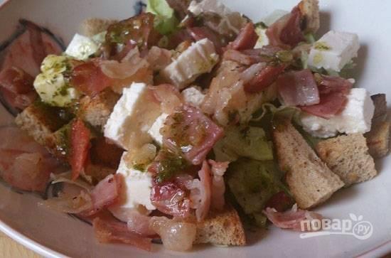 И поливаем салат заправкой. Сразу же подаем его к столу, чтобы сухарики не размокли.
