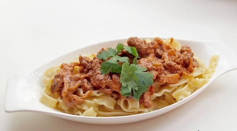 5. Приятного аппетита! Пока вы готовили бефстроганов в томатном соусе в домашних условиях, можно одновременно сделать и гарнир.