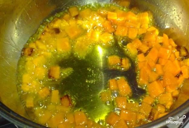 Морковку можете натереть, а можете порезать маленькими кубиками.  В кастрюле, где будем тушить, обжарьте на растительном масле морковку.