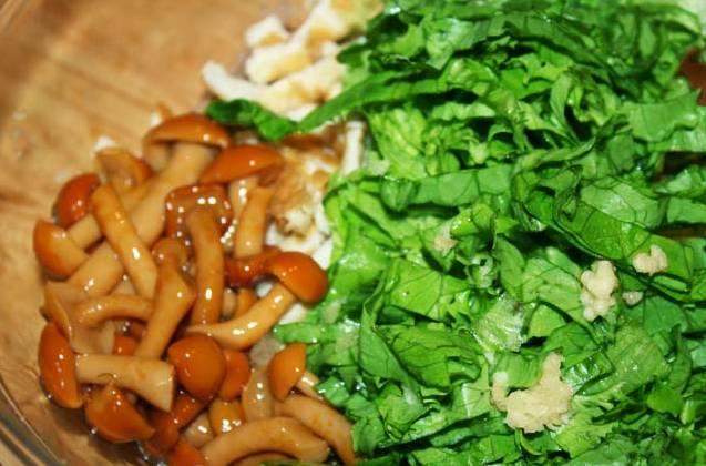 6. С маринованных грибочков слить жидкость и отправить их в салат. Все тщательно перемешать. Заправить оливковым маслом по вкусу и влить немного уксуса. Посолить и поперчить немного. Попробовать этот простой рецепт салата с омлетом и грибами можно также с майонезной заправкой при желании.
