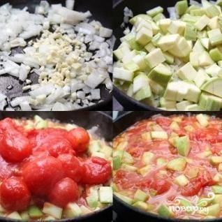 А пока тесто поднимается - мы приготовим начинку. Разогреваем в сковороде оливковое масло, затем пассеруем там мелко нарезанные лук и чеснок. Через несколько минут добавляем нарезанные кубиками кабачки и томаты в собственном соку вместе с жидкостью.