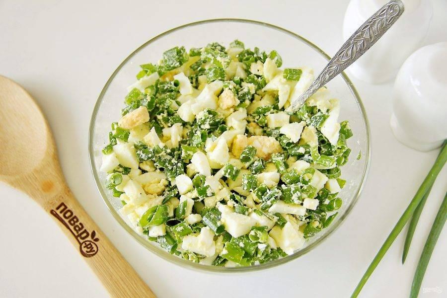 Влейте растопленное сливочное масло, добавьте по вкусу соль, перец и все хорошо перемешайте.