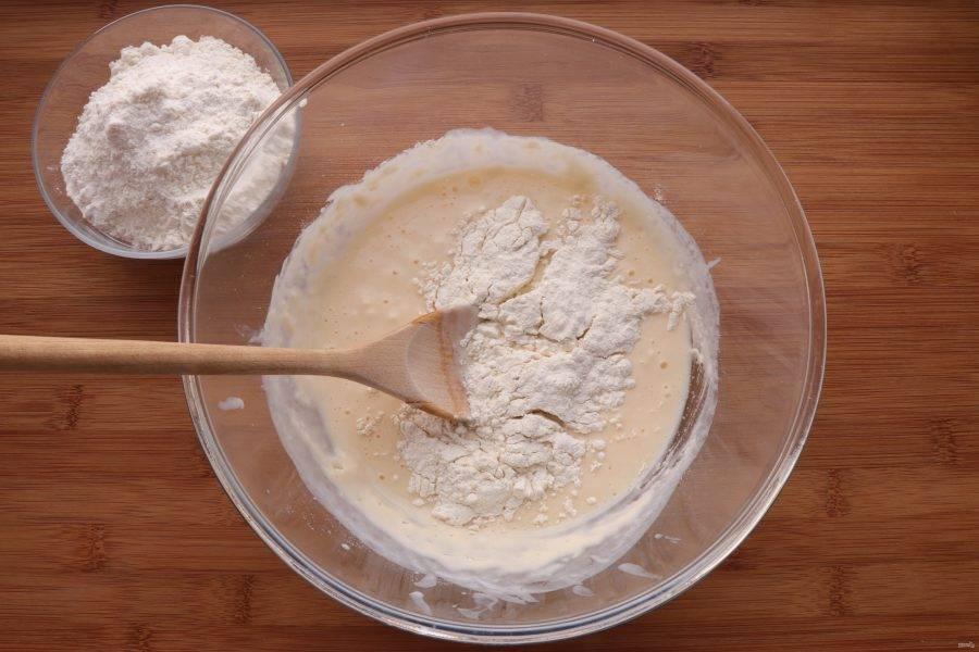 Постепенно добавляя муку, замесите не липнущее к рукам тесто. Возможно, что муки понадобится чуть больше или меньше, чем указано в рецепте.