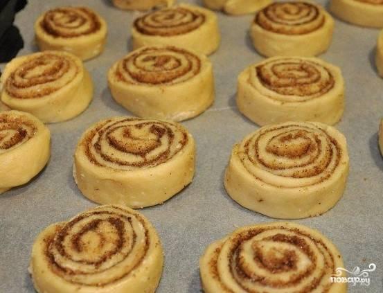 11. Порежьте рулет на булочки высотой не более 3 см. Отправьте в духовку для выпекания при температуре 180 С на 20 минут.