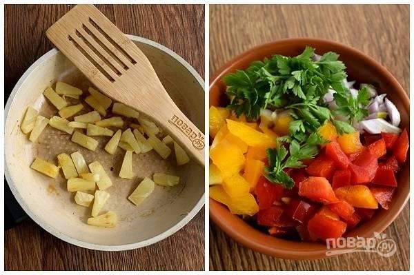 Приготовьте сальсу: кусочки ананаса обжарьте на сухой горячей сковороде до румяной корочки.  Нарежьте сладкий перец и лук мелкими кубиками, кинзу измельчите. Добавьте обжаренный ананас, сок лайма (лимона), соль, жгучий перец по вкусу и перемешайте.