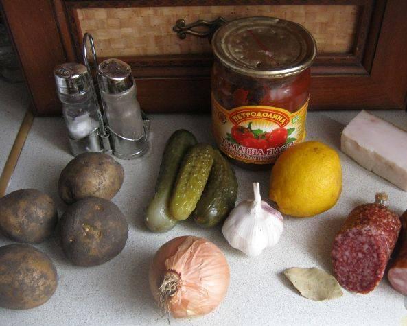 1. Готовить солянку на бульоне нет смысла, поскольку она и так получается довольно-таки наваристой. Я обычно беру колбасы различных видов (вареную и копченую). В продаже имеются уже готовые наборы для солянки, но лучше подбор делать самому. Возьмите копченую колбасу нескольких видов, можно сосиски 2-3 видов (по 1-3 шт.) и т.п. На этот раз у меня только копченая колбаса.