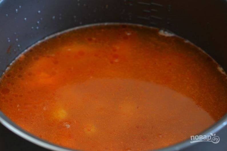 """Посолите все ингредиенты, добавьте специи и лавровый лист. Залейте все водой и поставьте мультиварку, установив режим """"Суп"""". Варите харчо около сорока минут, до полной готовности риса."""