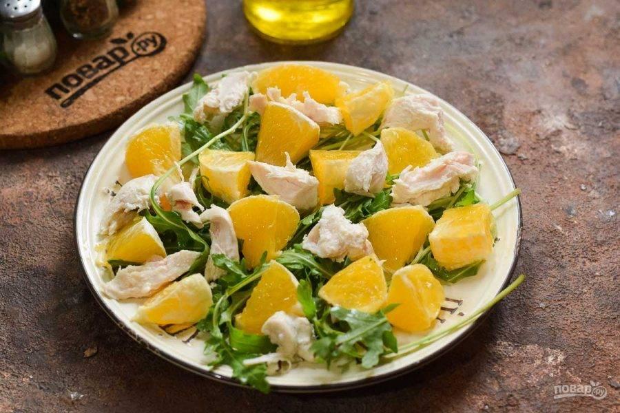 Вареное филе порвите на волокна и добавьте в салат.