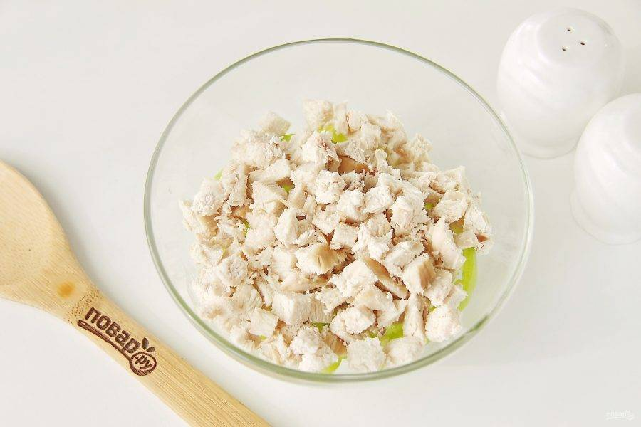 Добавьте отварное филе, нарезанное кубиками.