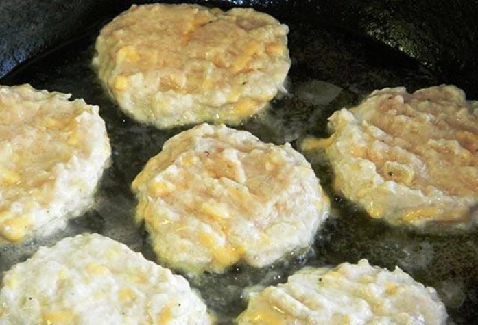 Разогрейте на сковороде растительное масло и обжарьте котлеты с двух сторон. Фарш выкладывайте ложкой.