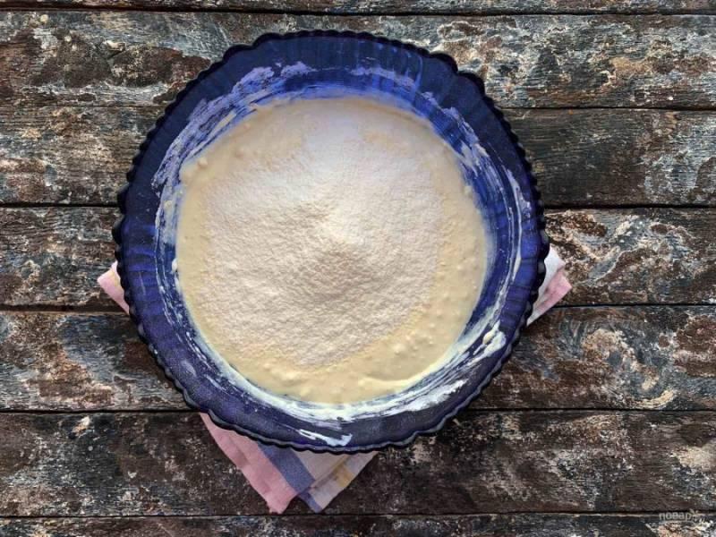 Частями всыпьте просеянную муку с разрыхлителем, замесите тесто.