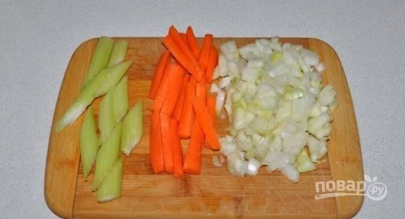 Морковь и сельдерей нарежьте брусками. Лук нашинкуйте средними кубиками.
