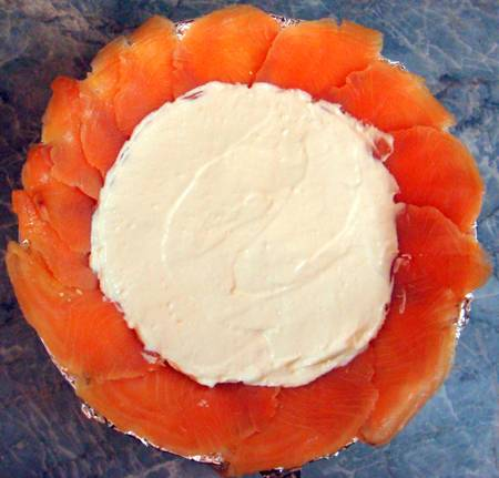 4. Для приготовления крема необходимо растворить желатин и соединить его со сметаной, майонезом и маскарпоне. Все тщательно перемешать до однородности. Выложить небольшую часть крема на желтки.