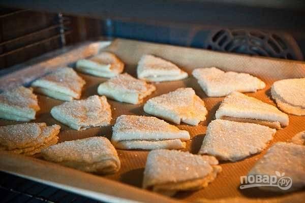 12. Готовые печеньки выложите на противень, застеленный пергаментом или ковриком, и отправьте в разогретую до 200 градусов духовку.