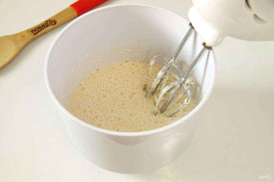 Добавьте мягкое сливочное масло и взбейте все еще раз.