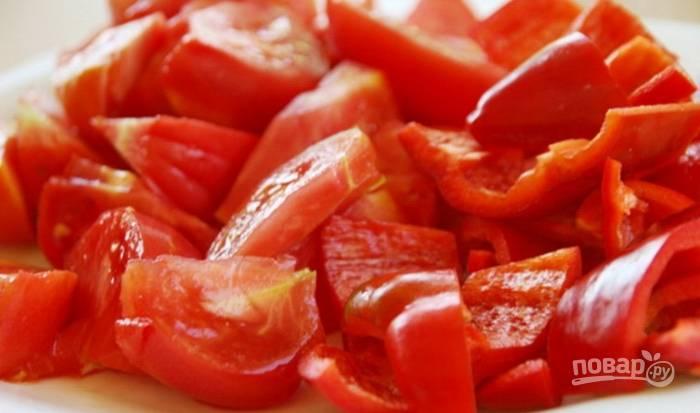2.Вымойте и очистите перец, нарежьте его небольшими кусочками. Вымойте томаты и нарежьте их такими же кусочками, как остальные овощи.
