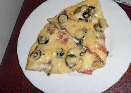 Наша пицца на сковороде на кефире готова! Перед подачей можете добавить еще специй или соус (я предпочитаю тартар). Не бойтесь экспериментировать. Приятного аппетита!