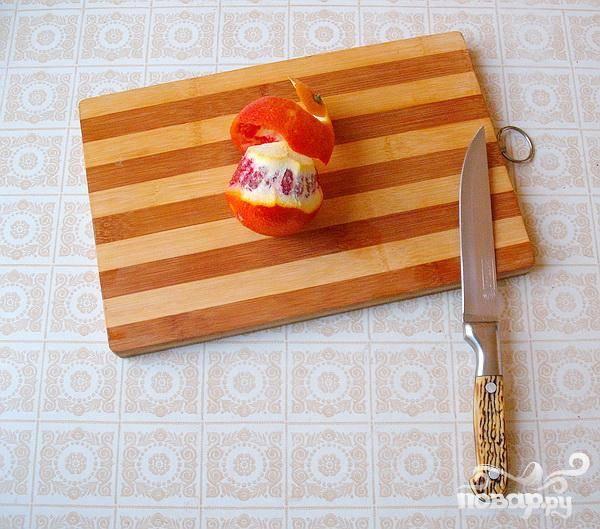 3.Очищаем от кожуры апельсин (в нашем рецепте апельсин красный), и кружочками его нарезаем. Пару кружочков апельсина кладем возле риса.