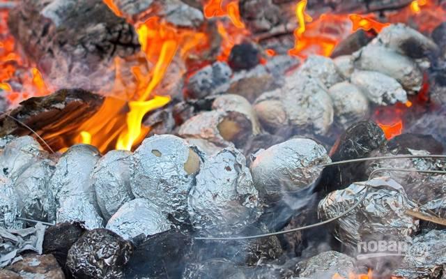Картошка в углях в фольге