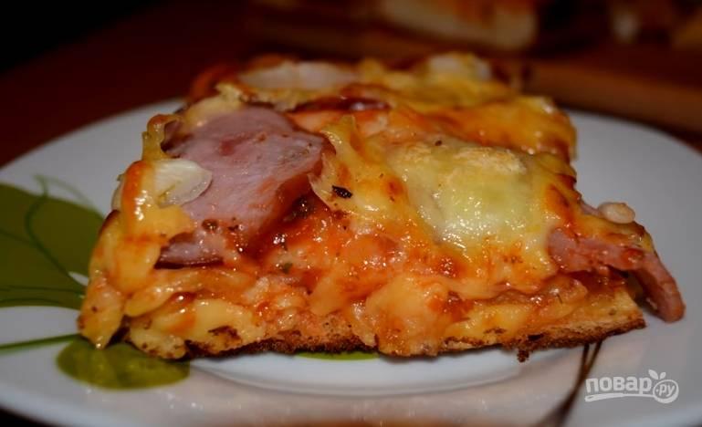 8. Выпекайте пиццу при температуре 180 градусов 15 минут. Если у вас в духовке есть функция гриля, включите ее на 2-3 минуты для румяной корочки. Всем приятного аппетита!