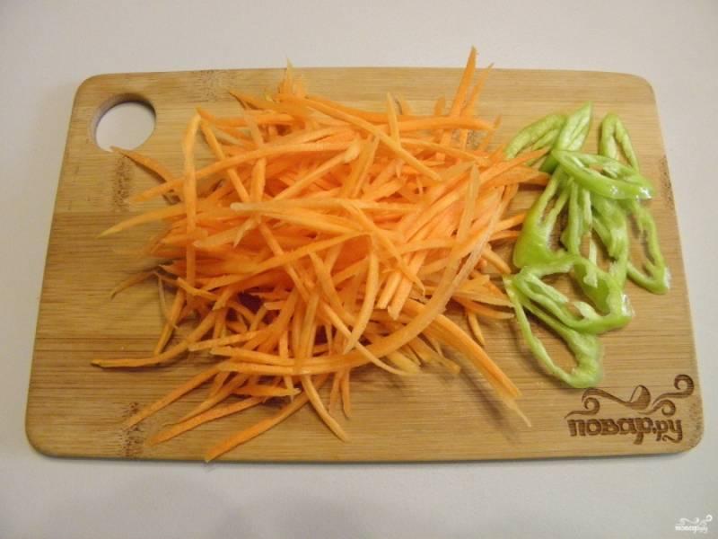 Морковь натрите на крупной терке или терке для приготовления моркови по-корейски. Острый перец порежьте тонкими колечками.