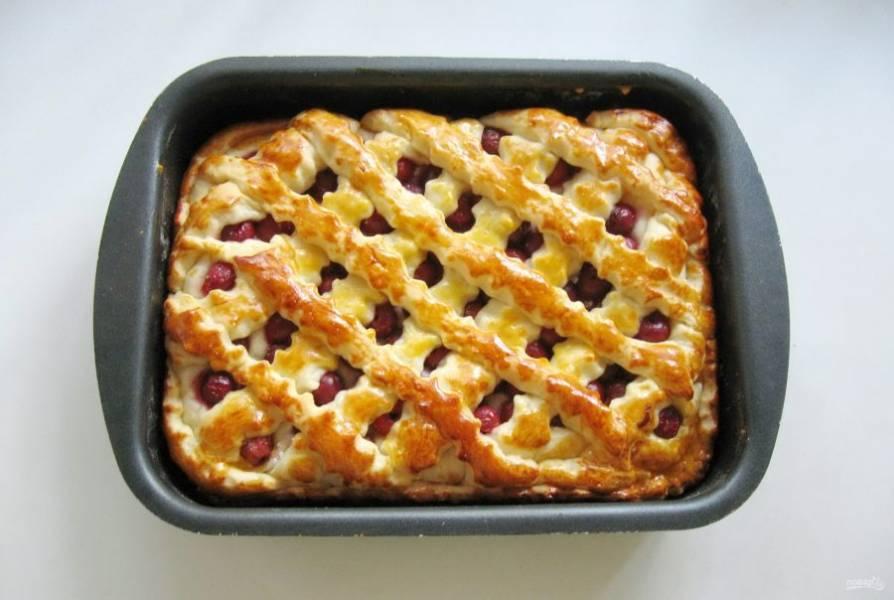 Дайте пирогу постоять при комнатной температуре 25-30 минут. После смажьте взбитым яйцом и отправьте в духовку, заранее разогретую до 175-180 градусов. Выпекайте пирог 40-50 минут.